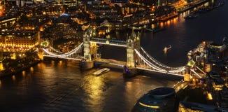 与塔桥梁的伦敦鸟瞰图在晚上 库存图片