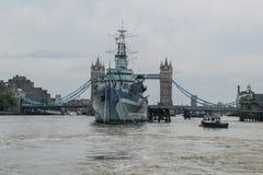 与塔桥梁的HMS贝尔法斯特在伦敦,英国 库存照片