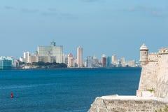 与塔的哈瓦那地平线从殖民地堡垒 库存照片