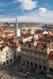 与塔的布拉格都市风景 库存图片