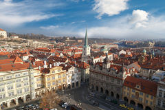 与塔的布拉格都市风景 免版税库存照片
