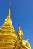 与塔的金黄雕象 库存照片