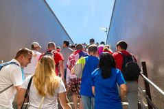 与塞尔维亚的旗子的足球迷在翼果竞技场stad旁边的 免版税库存照片