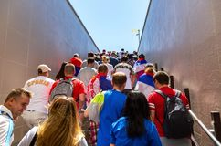 与塞尔维亚的旗子的足球迷在翼果竞技场stad旁边的 图库摄影