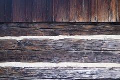 与塞裂缝的背景纹理的木日志 免版税库存照片