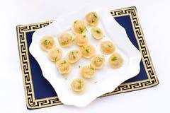 与填装和绿色的传统饺子 免版税库存照片