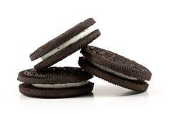 与填装在白色背景的奶油的巧克力曲奇饼 免版税库存照片