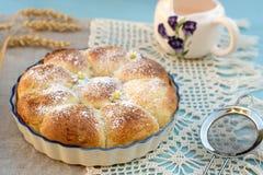 与填装的甜小圆面包奶油蛋卷 图库摄影