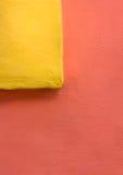 与墙壁的五颜六色的构成 免版税库存图片