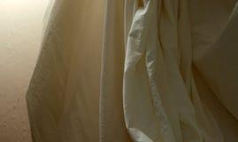 与墙壁的被装饰的平纹细布背景布料 免版税库存图片