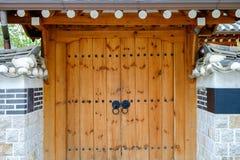 与墙壁的韩国传统门由水泥制成 库存照片