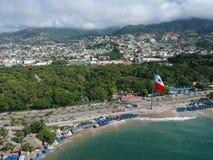 与墨西哥大旗子的阿卡普尔科海湾鸟瞰图 免版税库存照片