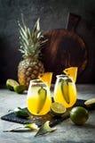 与墨西哥胡椒和石灰的辣菠萝玛格丽塔酒鸡尾酒 Cinco de马约角党的墨西哥酒精饮料