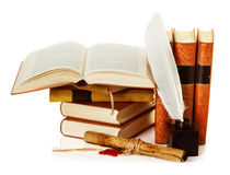 与墨水池、翎毛钢笔和纸卷的旧书 免版税库存图片