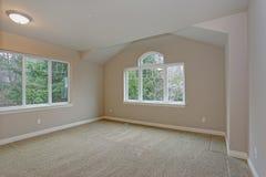 与壁橱的米黄空的室内部 免版税库存图片