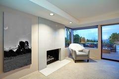 与壁炉和出口的可爱的卧室设计对露台 免版税图库摄影