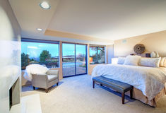 与壁炉和出口的可爱的卧室设计对露台 免版税库存照片