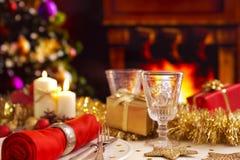 与壁炉和圣诞树的圣诞节桌 免版税库存照片