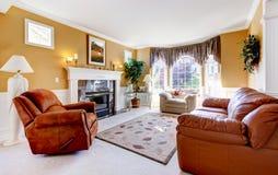 与壁炉和皮革的经典豪华舒适客厅内部。 免版税图库摄影