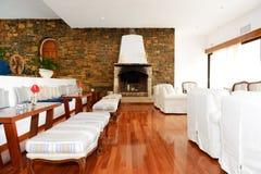 与壁炉的休息室区域在招待会附近在豪华旅馆里 免版税库存照片