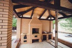 与壁炉的美丽的木大阳台在街道上 免版税库存照片