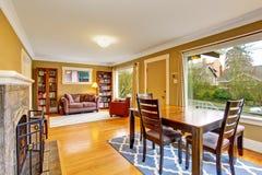 与壁炉的舒适饭厅连接了到舒适的家庭书库 库存图片