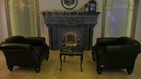 与壁炉的豪华研究 客厅在有壁炉的一个昂贵的家 股票视频