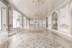 与壁炉的豪华葡萄酒内部在贵族样式 大Windows和镜子 成拱形列 免版税库存照片