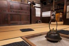 与壁炉,高山市,日本的传统日本家庭内部 免版税库存照片