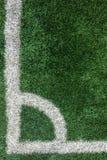 与壁角点的白色条纹线在从作为模板使用的顶视图的绿色足球场 免版税库存照片