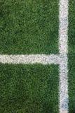 与壁角点的白色条纹线在从作为模板使用的顶视图的绿色足球场 图库摄影
