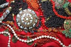 与壮观的珊瑚项链和珍珠的背景东部首饰 库存图片