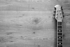 与声学吉他的木背景 免版税库存图片