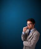 年轻与复制空间的人抽烟的香烟 免版税库存照片
