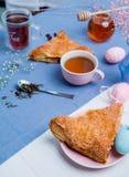 与复活节彩蛋装饰的苹果馅饼 库存照片