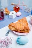与复活节彩蛋装饰的苹果馅饼 免版税库存照片