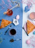 与复活节彩蛋装饰的苹果馅饼 免版税库存图片