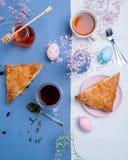 与复活节彩蛋装饰的苹果馅饼 库存图片