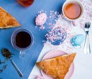 与复活节彩蛋装饰的苹果馅饼 免版税图库摄影