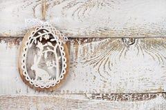 与复活节装饰的白色木背景和拷贝间隔fo 免版税库存照片
