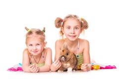 与复活节兔子和鸡蛋的二个愉快的孩子。 复活节快乐 库存图片