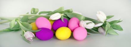 与复活节彩蛋andflowers的复活节卡片 免版税库存图片