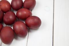 与复活节快乐的五颜六色的复活节彩蛋 库存图片