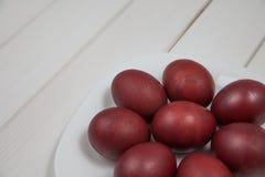与复活节快乐的五颜六色的复活节彩蛋 免版税库存照片