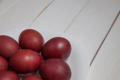 与复活节快乐的五颜六色的复活节彩蛋 免版税库存图片