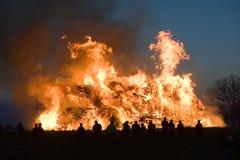 与复活节的巨大的篝火 库存照片