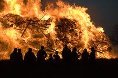 与复活节的巨大的篝火 免版税库存照片