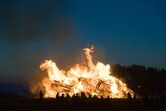 与复活节的巨大的篝火 库存图片