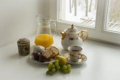 与复活节的静物画结块,鸡蛋、茶壶,茶等 免版税库存图片