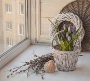 与复活节羊羔的春天静物画在窗口 免版税库存照片